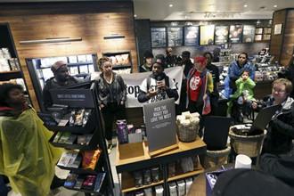 星巴克关闭店面 涉种族歧视引发游行