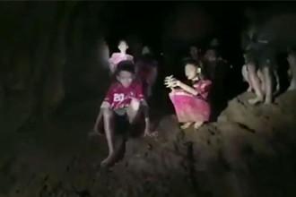 泰国13人足球队洞穴失踪10天还活着