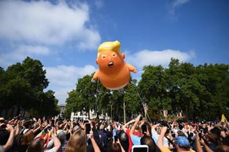 特朗普宝宝上天了 英国人造气球抗议