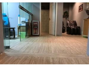 防摔防滑地板,同质透心防静电地板-施工